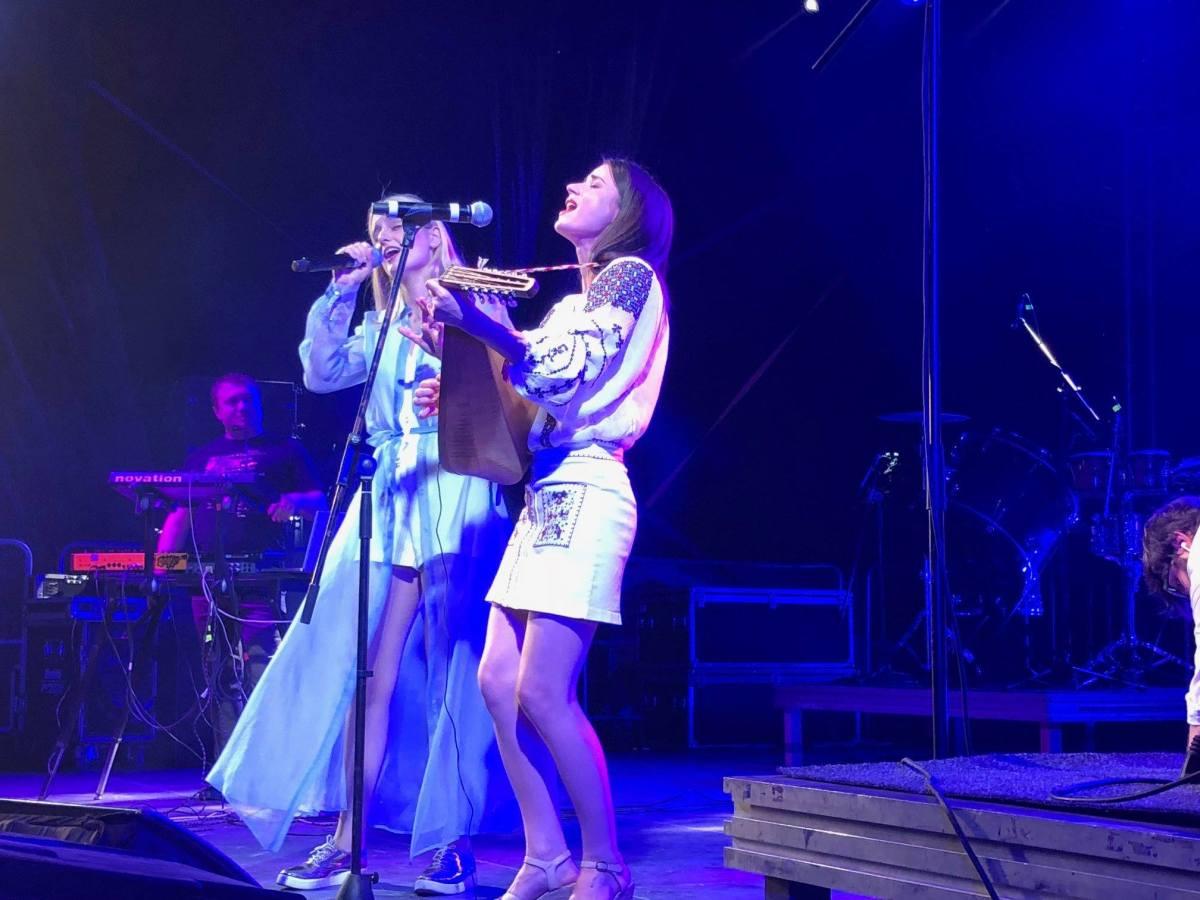 Fata cu cobza și Lidia Isac au cântat folclor românesc în Găgăuzia, Republica Moldova